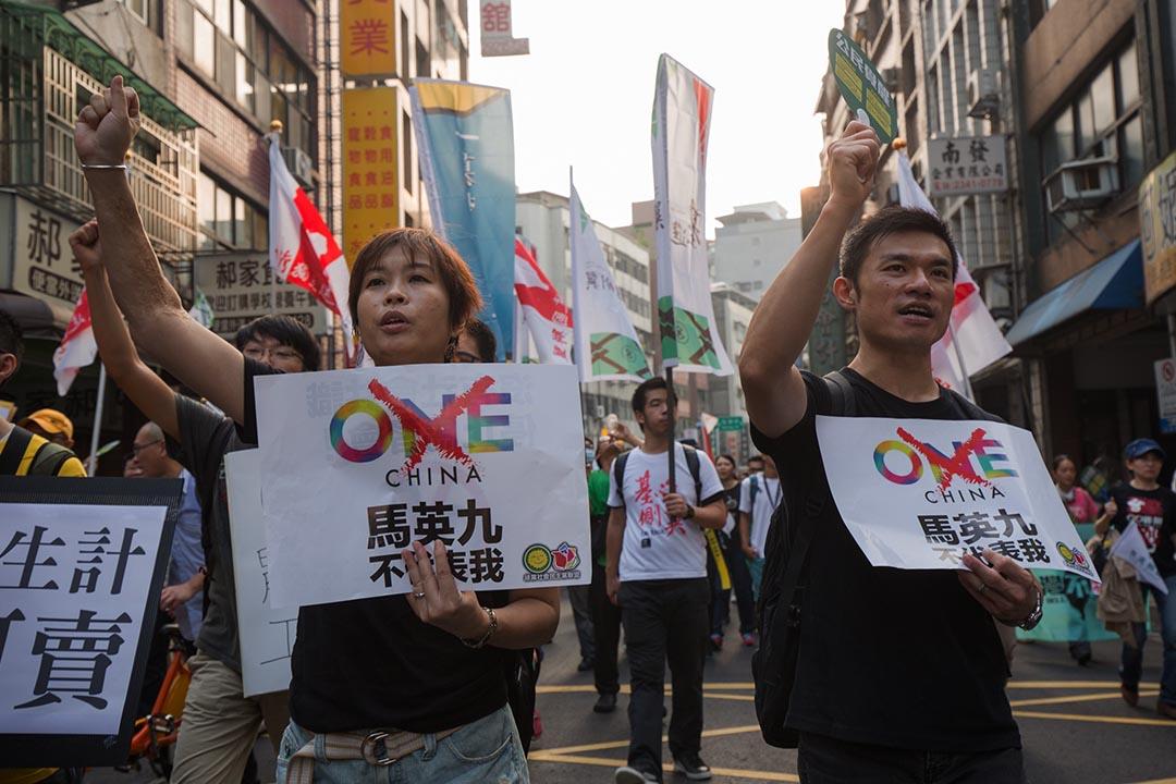 台灣經濟民主連合等十餘個社運及NGO團體舉行遊行,提出「停止貨貿談判,抗議馬習會」訴求。攝: 張國耀/ 端傳媒