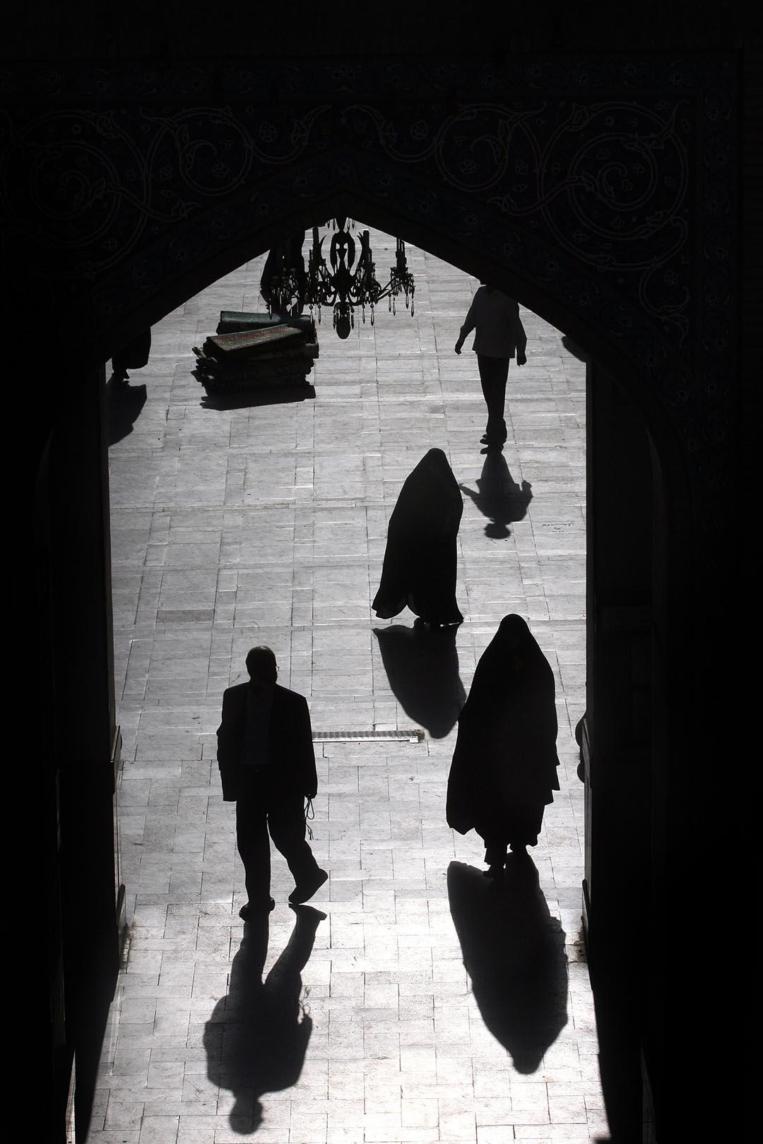 伊朗德克蘭的回教寺,教徒祈禱後離開寺廟。攝:Majid/GETTY