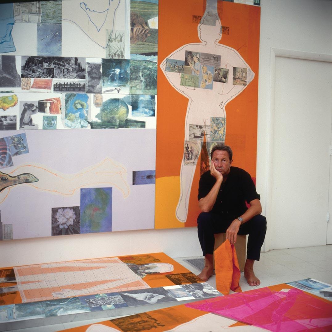 《羅伯特·勞森伯格在位於佛羅里達州開普提瓦島的工作室創作(1981-1998)》,1983。由紐約的羅伯特·勞森伯格基金會檔案館收藏提供,攝影:Terry Van Brunt