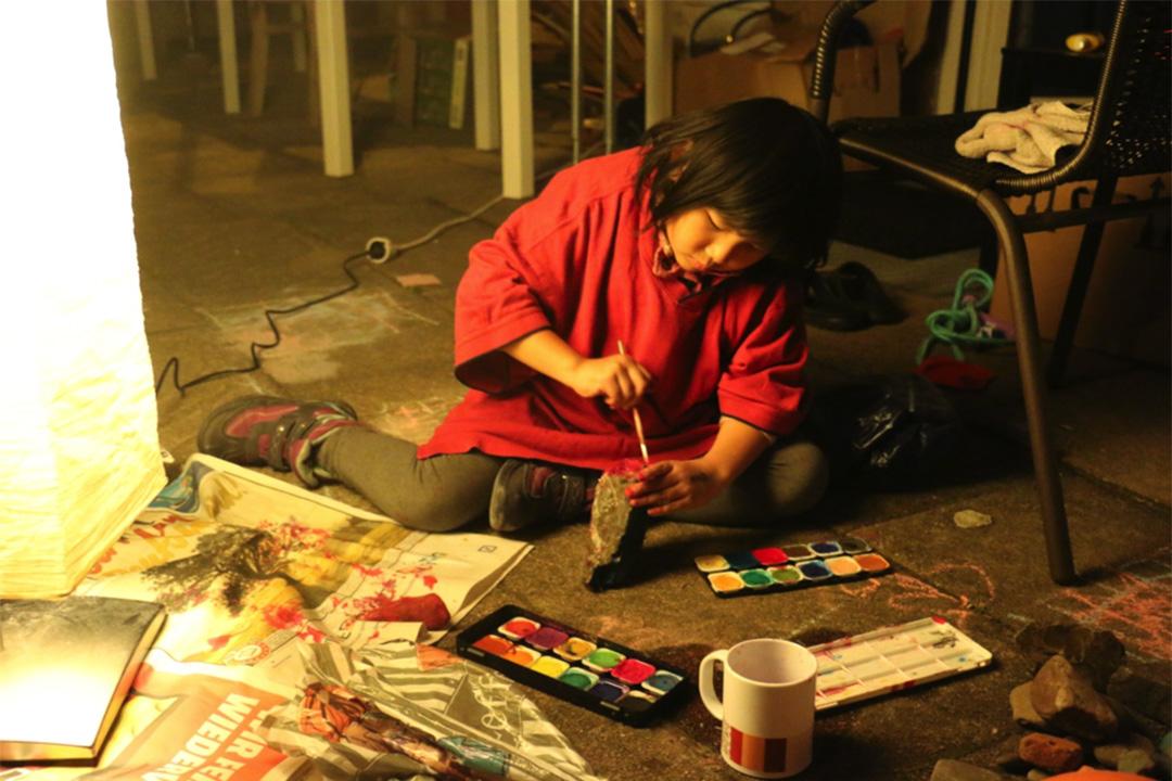 Ka 挑燈夜戰,為石頭塗色。但是,夜裏的一場雨,又會把石頭上的顏料沖刷得七零八落。相片由卡乎提供