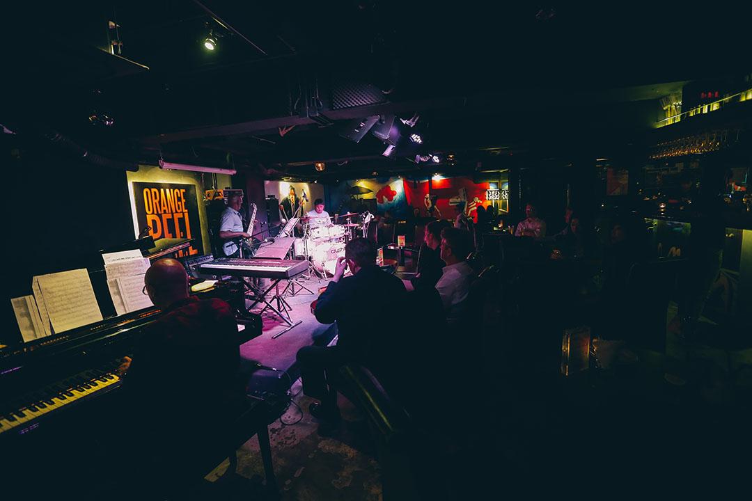 樂隊彈奏著輕快的藍調,而酒吧不錯的音響設計也令在場人士聽出耳油。攝:王嘉豪/端傳媒