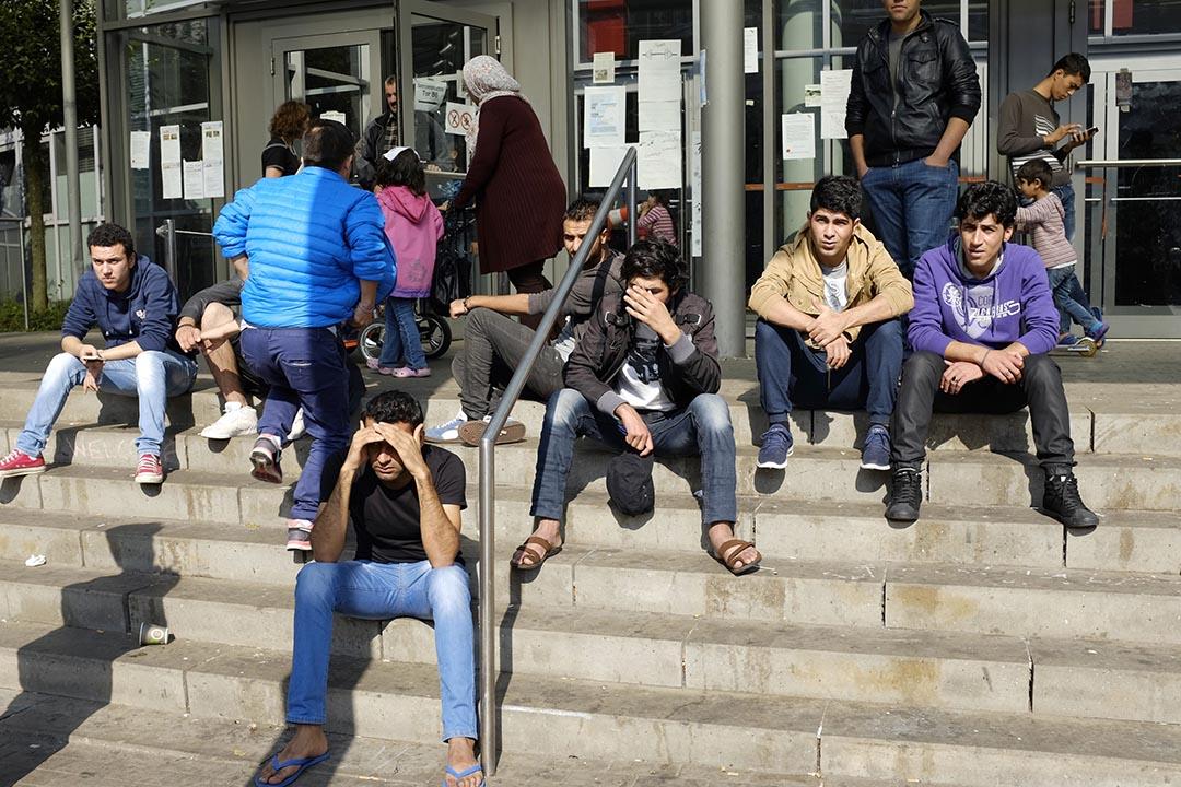 來自敘利亞,阿富汗和科索沃的難民在漢堡展覽中心的一個臨時住宿中心。攝 : Katerina Solovyova/RIA Novosti/AFP
