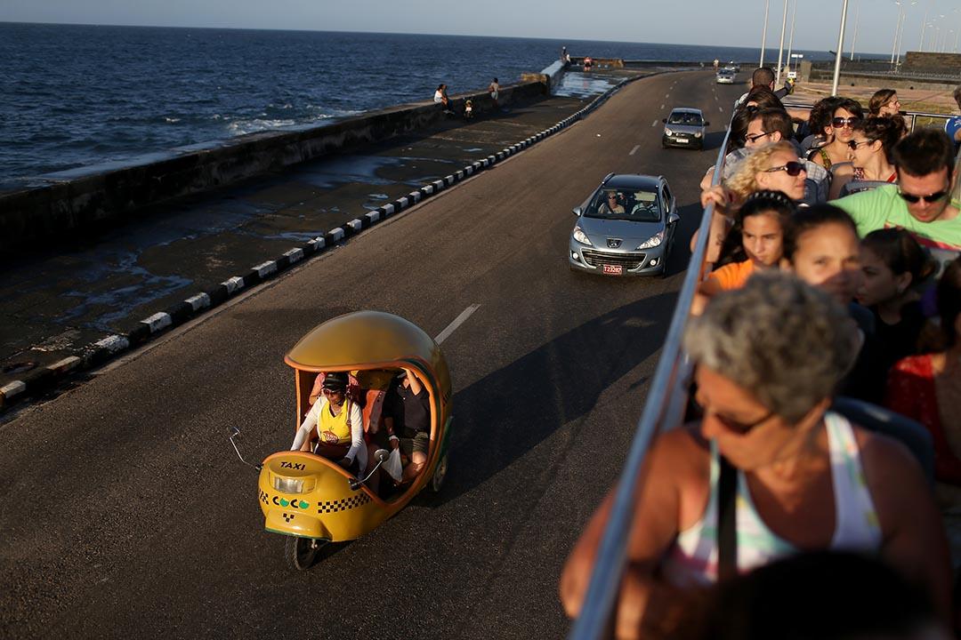 遊客在雙層巴士上觀賞馬雷孔海濱。攝 : Joe Raedle/GETTY