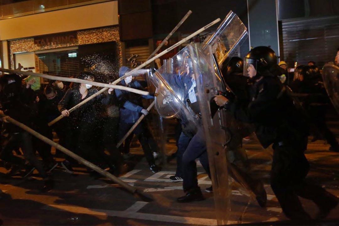 凌晨約5時,示威者以竹枝作為武器。攝:Billy.H.C.Kowk/端傳媒