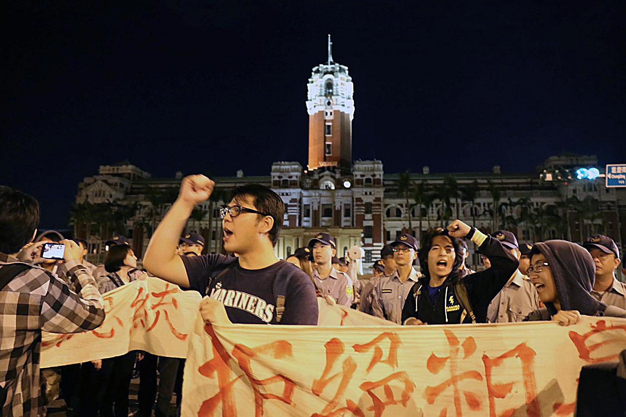 2015年11月7日晚上約10時,台北,約50名反對「習馬會」人士約50人突襲總統府前,參與的民眾拉起白布條,高喊「拒絕粗暴馬習會,台灣主權不能退」。攝:林揚軼/端傳媒