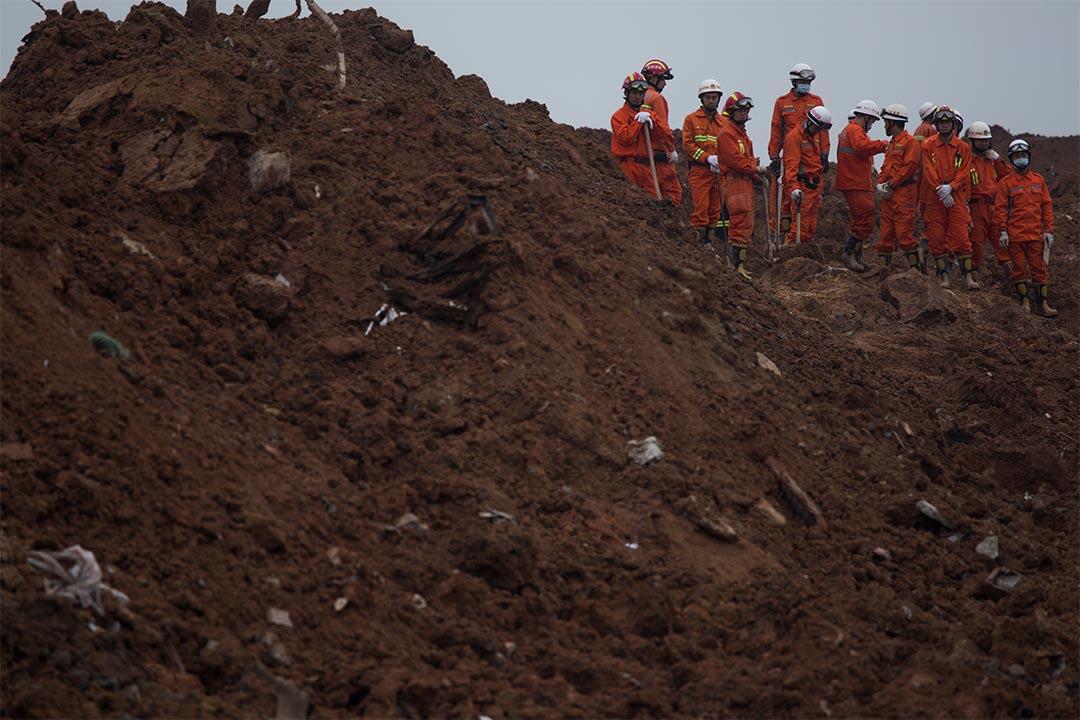 2015年12月21日,深圳,光明新區泥石流事故翌日,大批消防員在災場繼續進行搜救。攝:端傳媒攝影部
