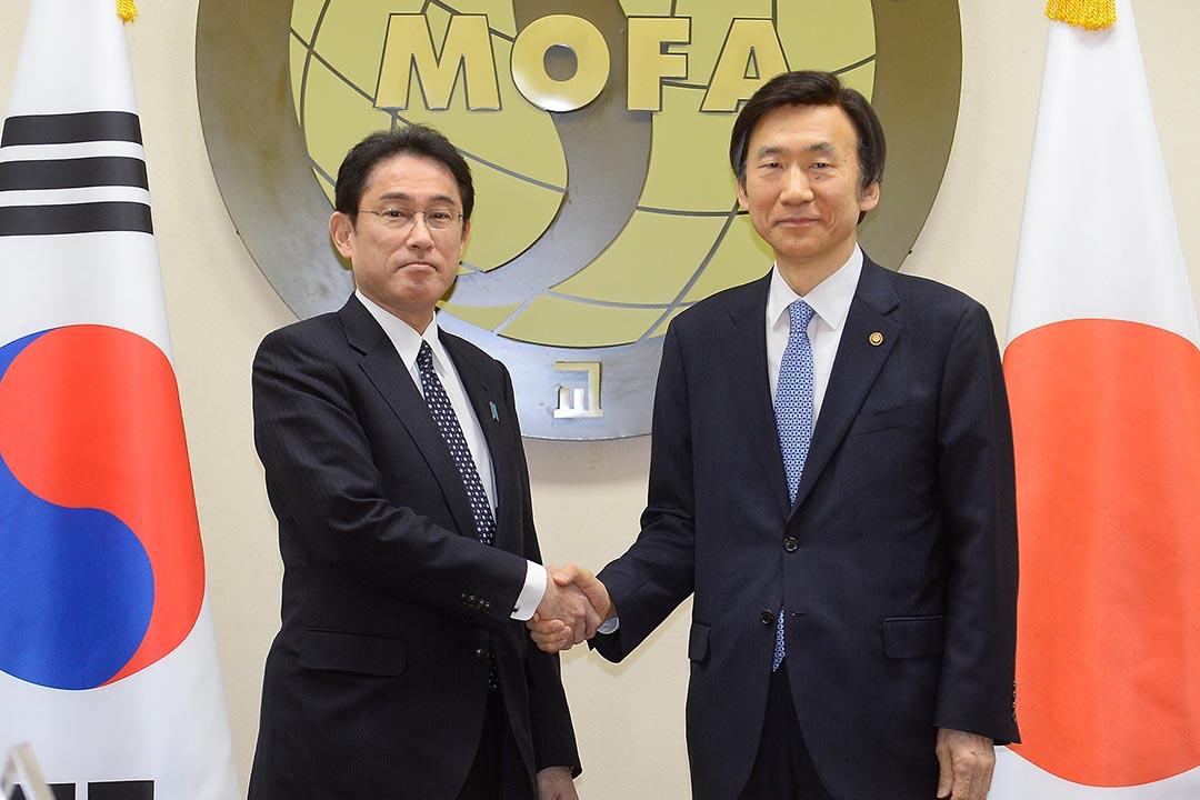 2015年12月28日,韓國外交部長尹炳世(右)與日本外相岸田文雄(左)就慰安婦問題舉行會談,並達成共識。攝:Kim Min-Hee Pool/Getty