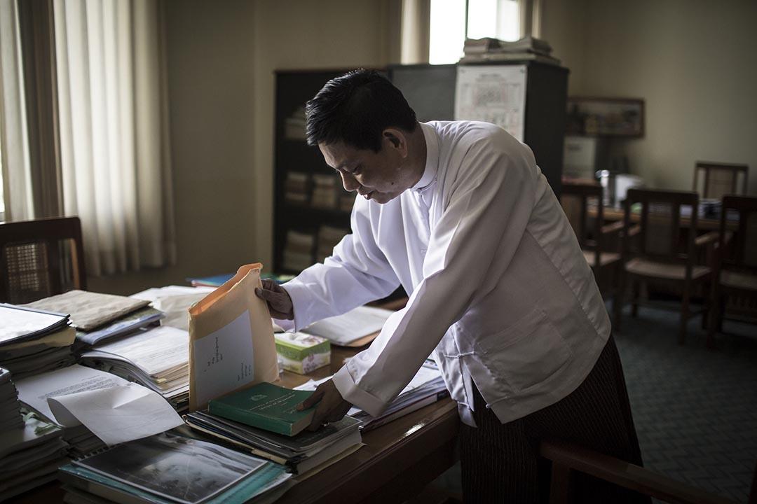 泰烏(Htay Oo)在「聯邦鞏固與發展黨」(USDP)總部內工作。攝 : Mathieu Willcocks/端傳媒