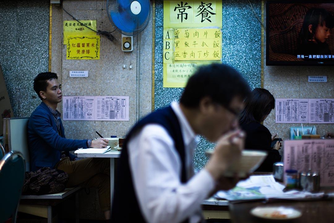 陳翊朗在自己大學時常去的茶餐廳,他說「讀藝術,有時在學校裏很透不過氣來,到附近的茶餐廳,反倒可以思考一下」。攝:盧翊銘/端傳媒