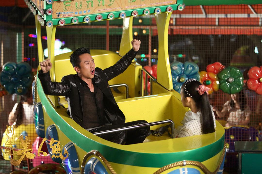 電影《美人魚》劇照。鄧超飾演的劉軒(左)在美人魚珊珊(林允飾)的陪伴下回到內心的童真。