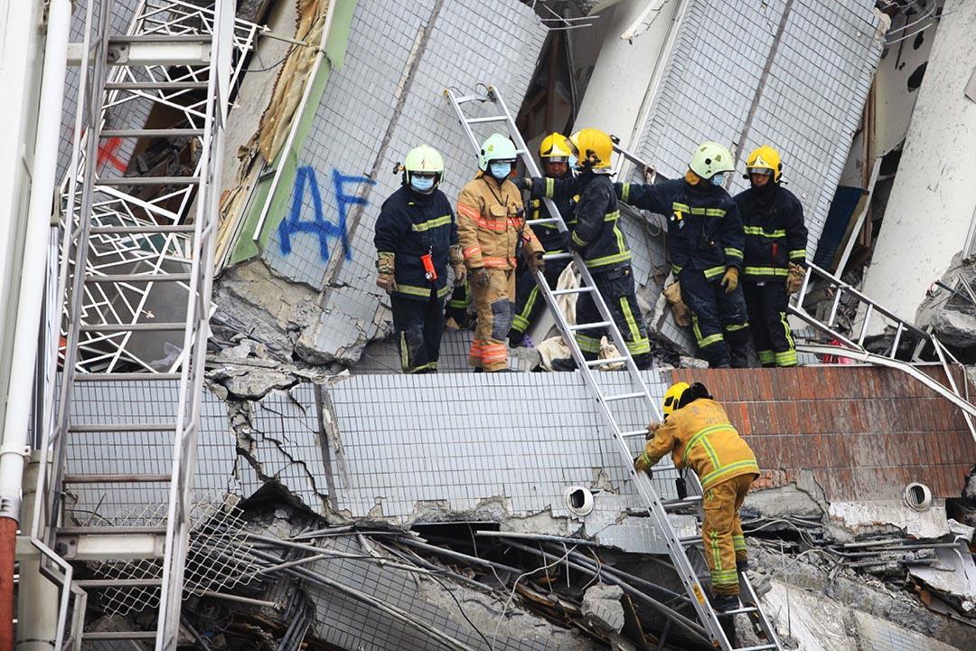 救援人員使用長梯嘗試深入拯救。攝 : 曾信耀/端傳媒