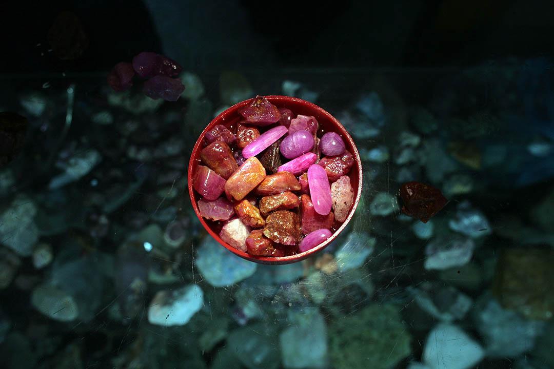 緬甸仰光玉石市場販賣的紅寶石及翡翠。攝:Paula Bronstein/GETTY