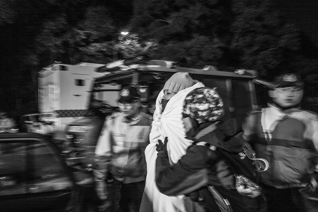 2016年1月24日,大帽山入夜後仍有行山者失蹤,大批救援人員在現場進行拯救。攝:林亦非/端傳媒