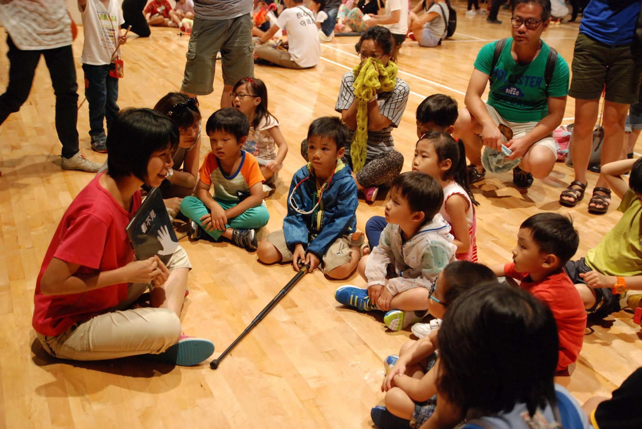 大小朋友圍讀《看不見》。相片由綠腳丫提供