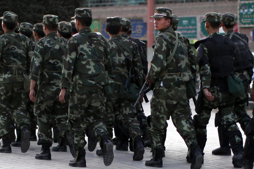 2011年8月4日,武警在新疆喀什巡邏。同年7月,喀什發生恐襲,中國政府指襲擊與「東伊運」有關。攝:Carlos Barria/REUTERS