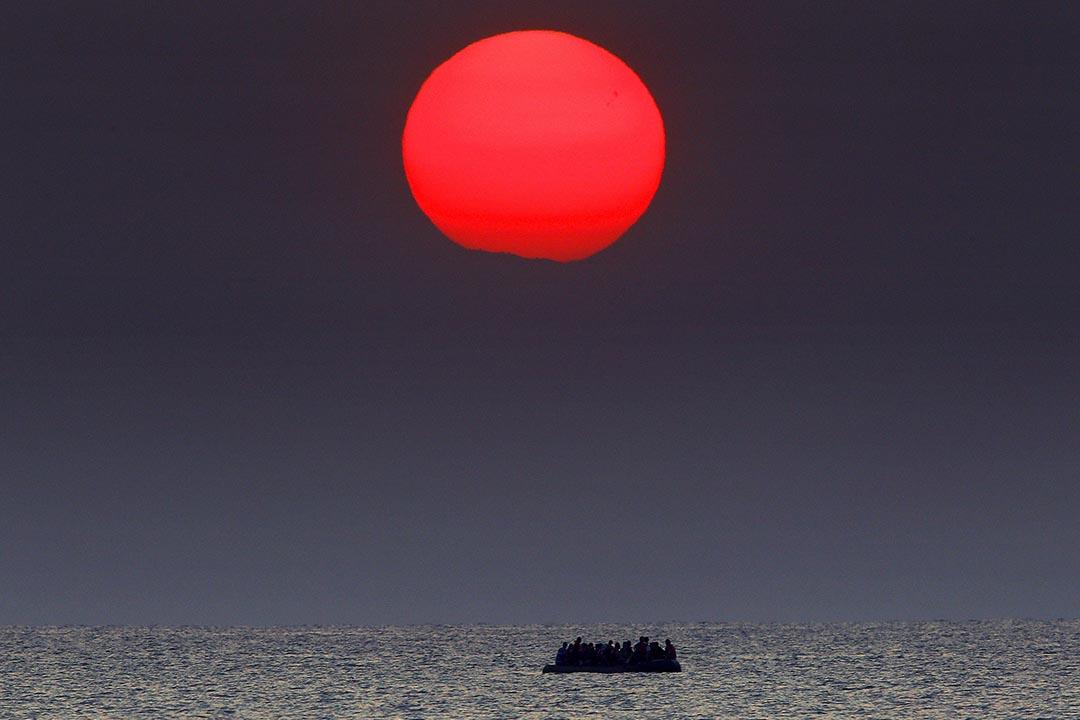 2015年8月11日,希臘科斯島,敘利亞難民成坐的船隻因故障在希臘對出的海面飄流。攝: Yannis Behrakis /REUTERS