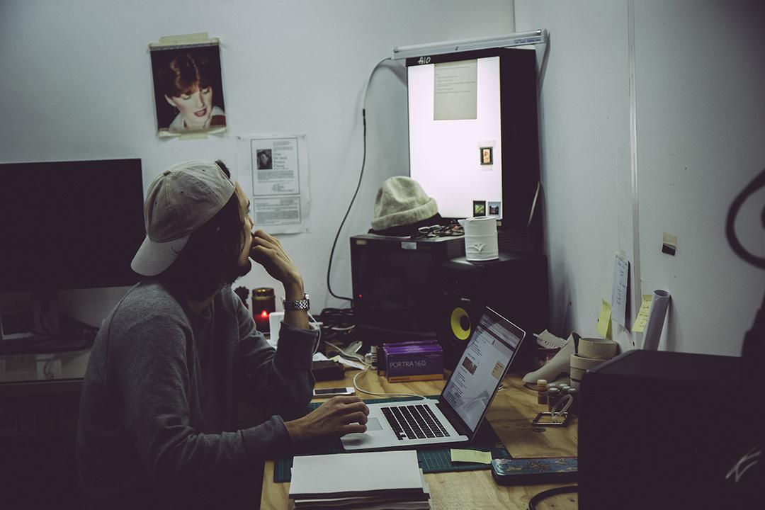 工作室內的白牆上貼上了媽媽的照片。攝:王嘉豪/端傳媒