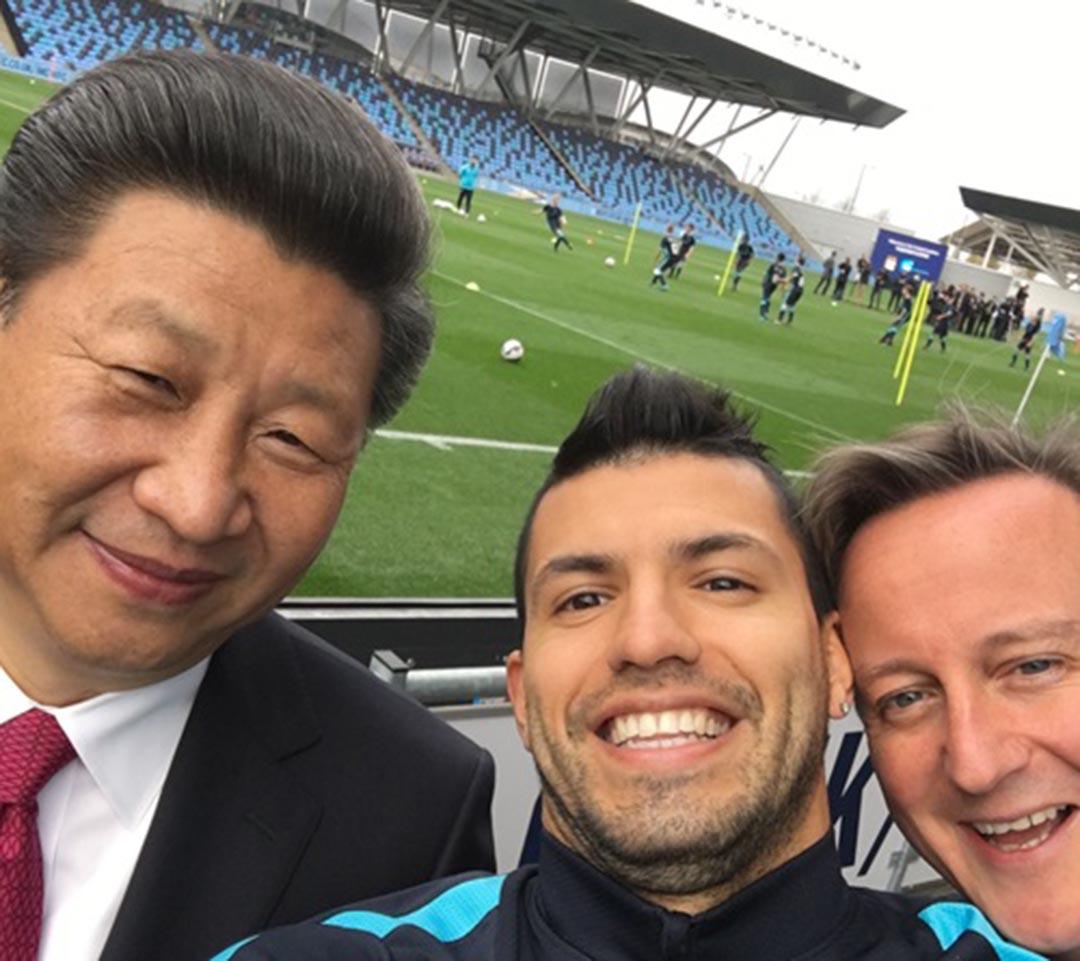 曼城前鋒阿古路(Sergio Aguero)與中國國家主席習近平及英國首相卡梅倫自拍。曼城球會網站