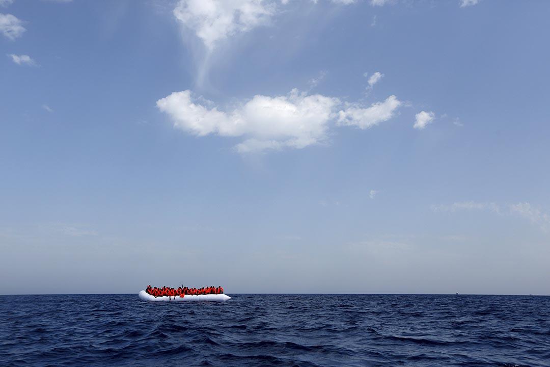難民在利比亞海域等候非政府組織的救援船隻。