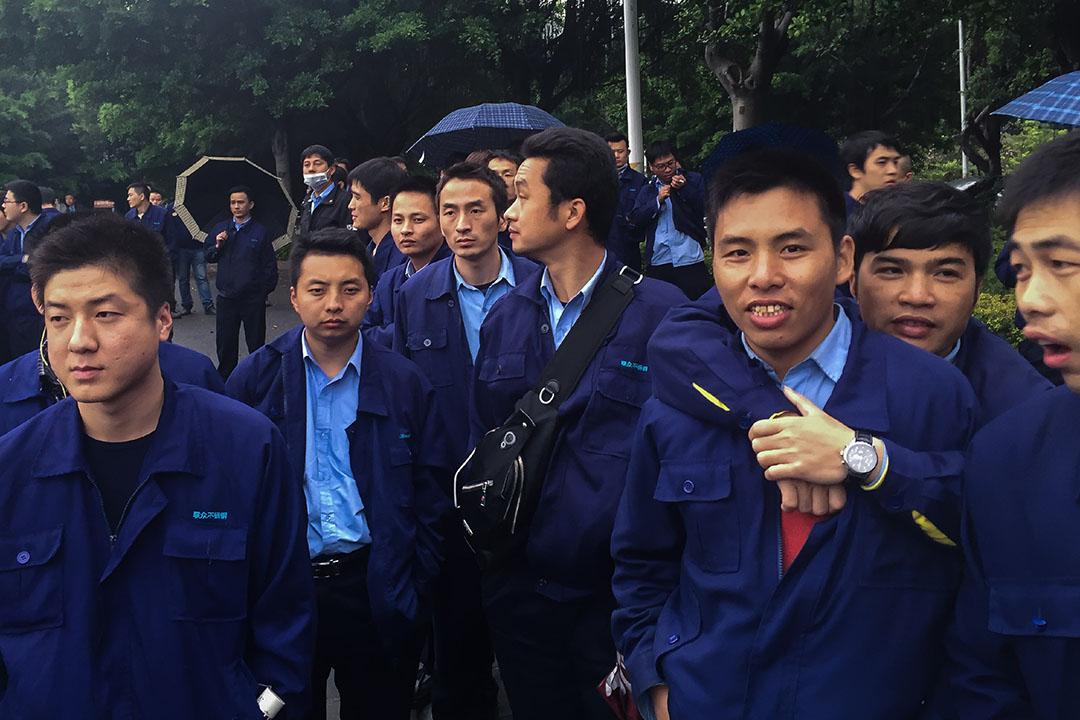 2016年2月22日,中國廣州,鋼鐵廠工人為爭取權益而在工廠外示威。攝:Billy H.C. Kwok