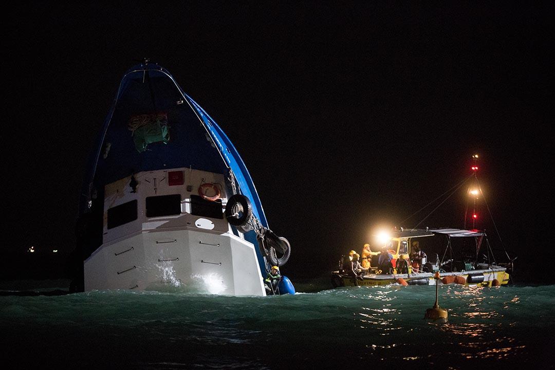2012年10月1日在香港南丫島榕樹灣發生一宗海難,釀成39人死亡、92人受傷。時任海事處處長廖漢波被批遲遲未道歉時,曾稱須徵詢法律等各方意見。 攝:Lam Yik Fei/Getty