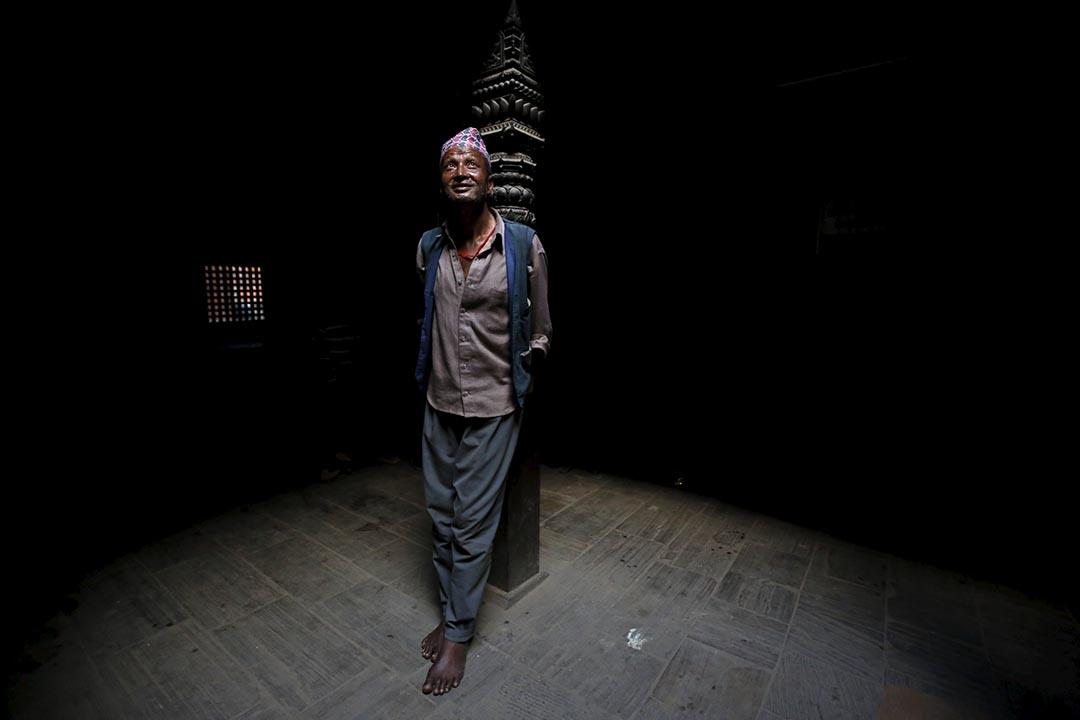 2015年10月21日,尼泊爾德賽節期間,一名男子站在一座寺廟內。節日期間,民眾舉行宰牲儀式,祭奉神靈,祈禱長壽幸福。攝:NAVESH CHITRAKAR/Reuters