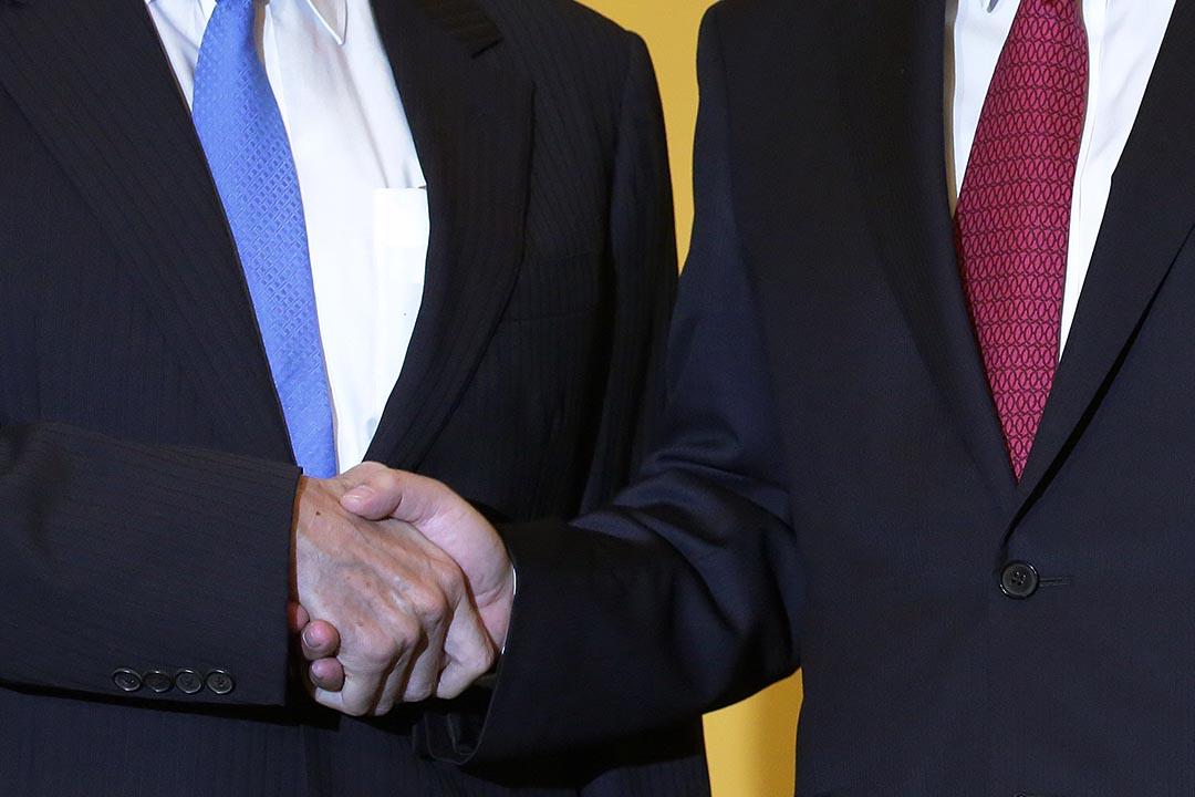 兩岸分治66年來,兩岸領導人台灣總統馬英九(左)與中國國家主席習近平(右)進行歷史性會面前握手。攝:Wong Maye-E/AP Photo
