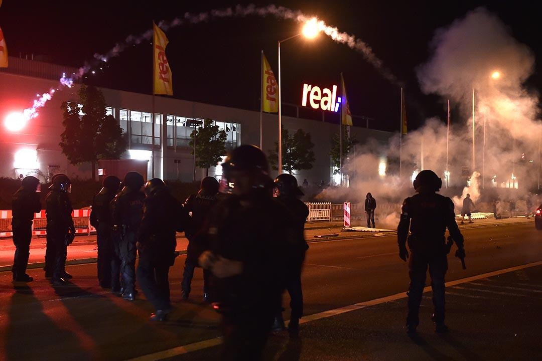 德國右翼示威者與警察發生衝突。攝 : Matthias Rietschel/Getty Images