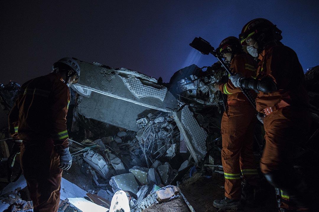 救援人員帶同搜救犬到災區,入黑後搜救持續。攝:端傳媒攝影部