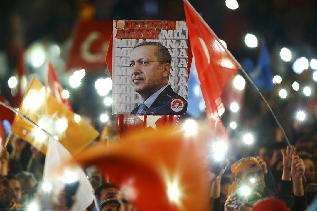 支持者拿著土耳其總統埃爾多安的畫像等待總理艾哈邁德達武特奧盧到逹。攝 : Umit Bektas/REUTERS