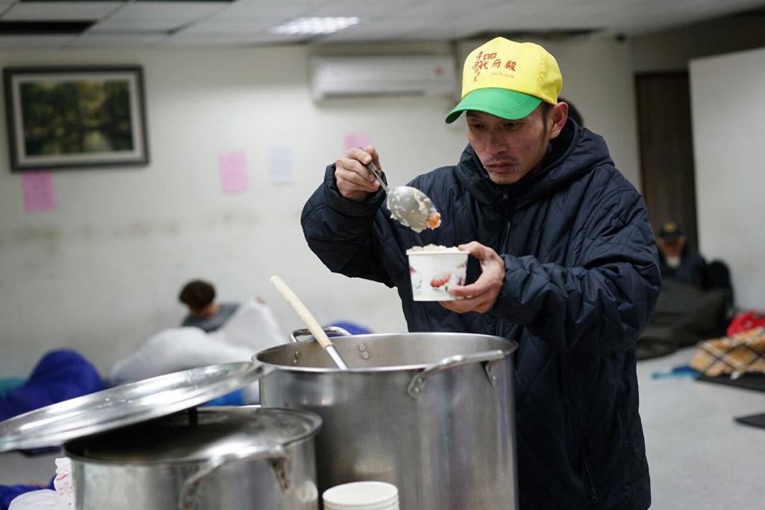 無家者在低溫下到台北市政府社會局萬華社會福利服務中心避寒及領取熱食。攝:張國耀/端傳媒