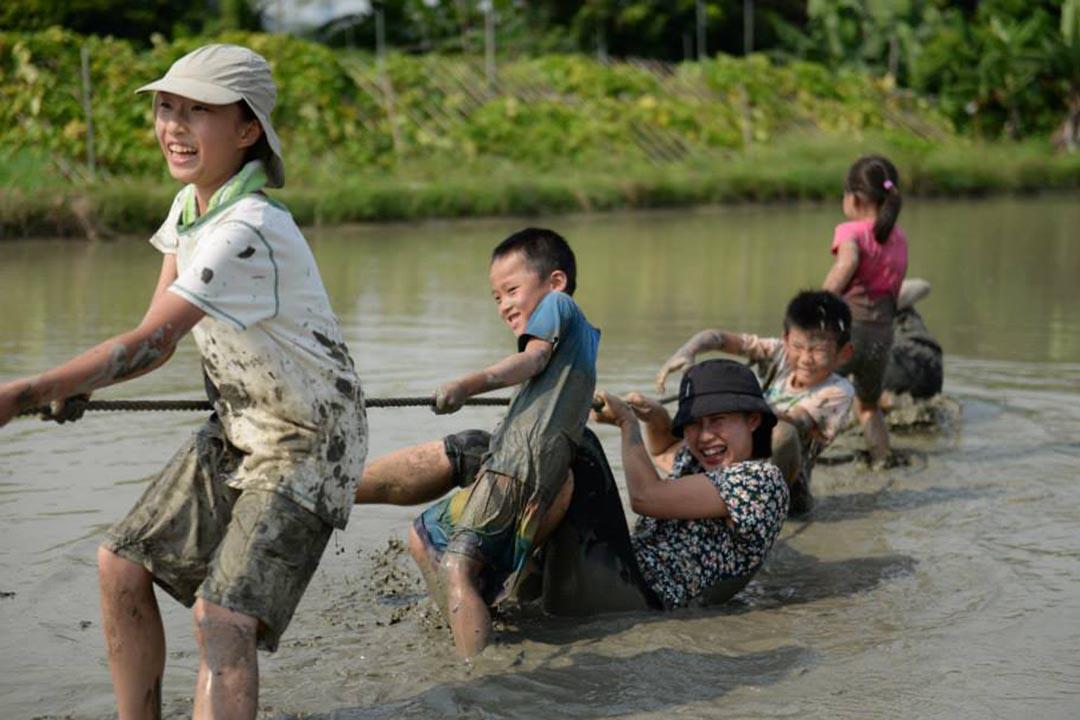 在水田裏拔河,相信是很多小朋友的初體驗。相片由綠腳丫提供