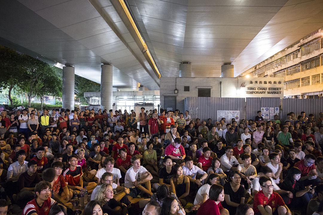 2015年11月17日,有團體在深水埗通州街天橋底播放香港隊對中國隊的足球賽,大批市民在場觀看直播。攝:林亦非/端傳媒