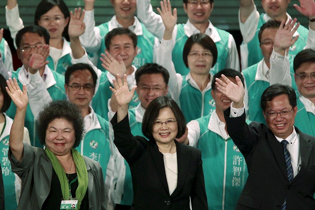 2015年9月19日,台灣桃園,民進黨主席蔡英文(中)出席造勢大會時向慢眾揮手。攝:Pichi Chuang/REUTERS