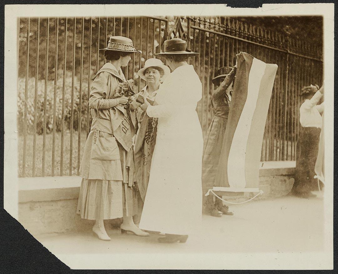 1917年6月,美國華盛頓,一名女警(右)拘捕正在白宮外示威的(左)游蔓絲(Florence Youmans)及阿妮(Annie Arniel)。二人為爭取女性投票權以在白宮外拉橫額示威。阿妮為爭取女性權益,曾八度入獄。攝:Records of the National Woman's Party/Library of Congress/Handout via Reuters