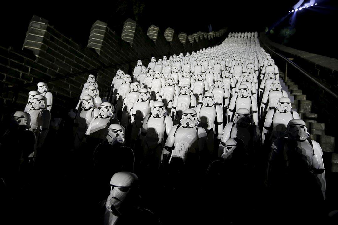 2015年10月20日,電影公司配合《星球大戰》第七集《原力覺醒》即將上演,安排 500 個白兵空降中國長城居庸關。攝:Jason Lee/REUTERS