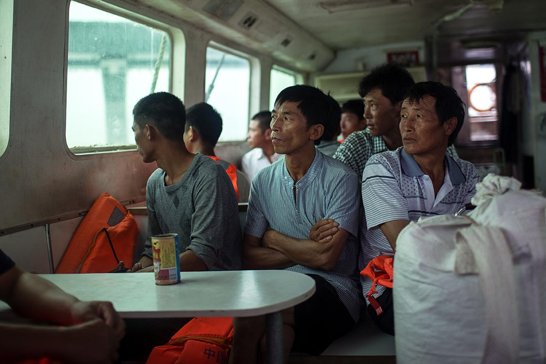 每天清晨,港珠澳大橋的建築工人乘搭接駁船前往人工島,全年無休,有的與家眷同住島上。