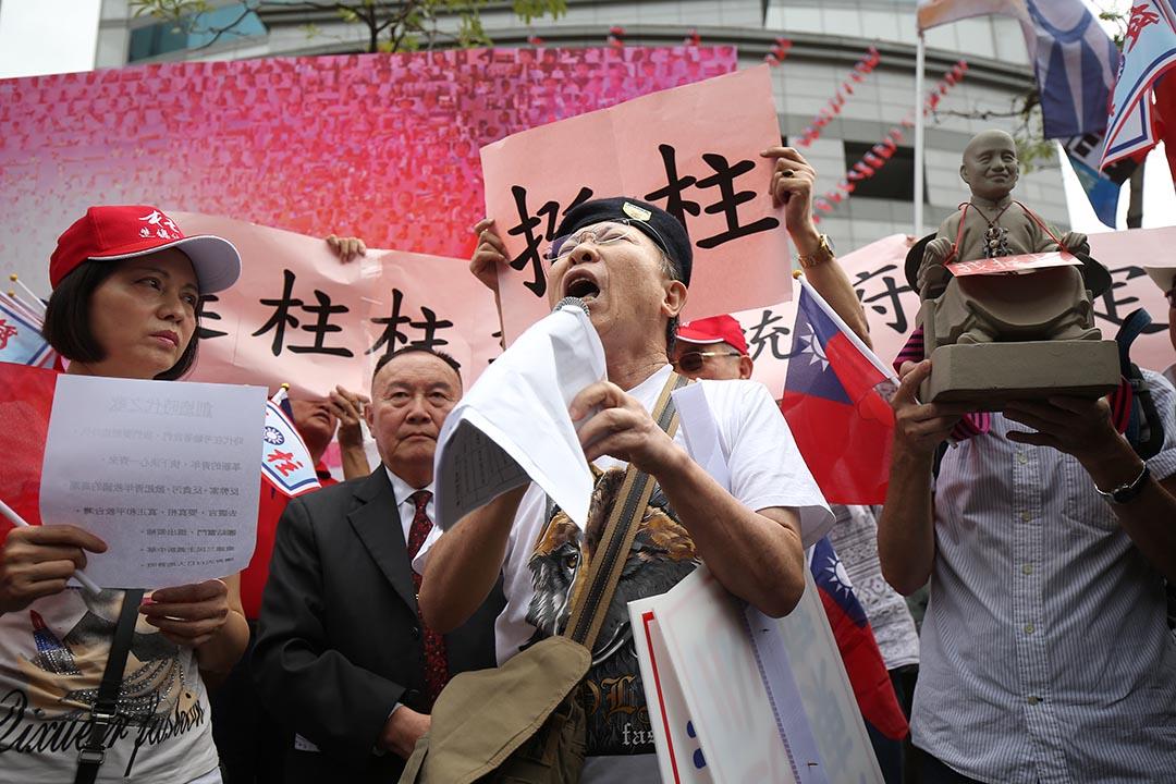 10月7日,洪秀柱的支持者集結在國民黨中央黨部表達支持洪秀柱參選到底。攝: 張國耀/端傳媒
