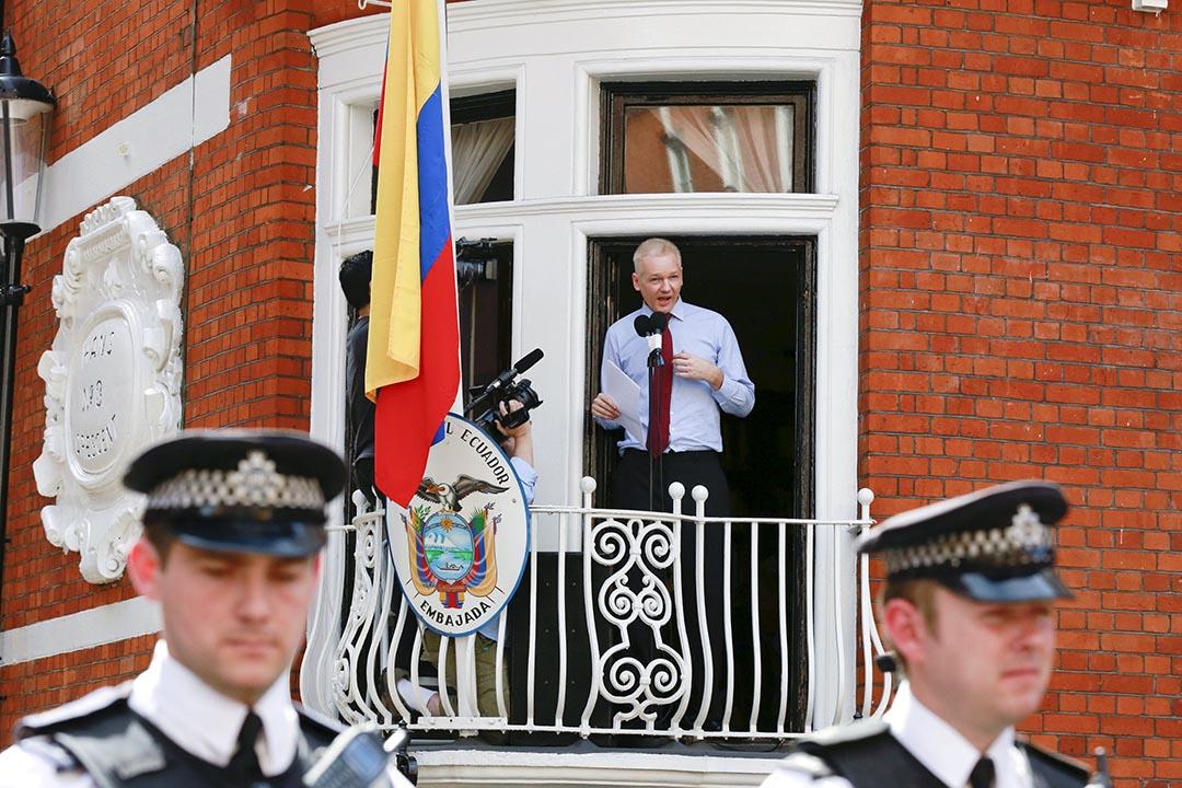 2012年8月12日,「維基解密」(Wikileaks)創辦人阿桑奇(Julian Assange)在厄瓜多爾大使館內接受傳媒訪問。攝 : Olivia Harris/REUTERS