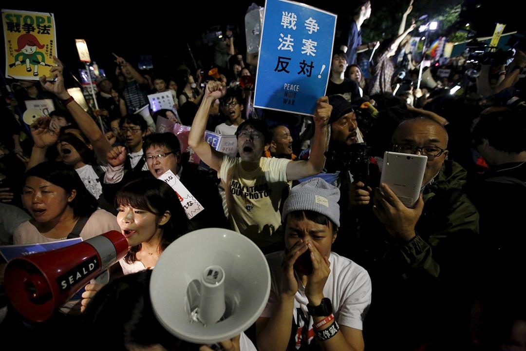 2015年9月19日,東京,反對安保法的市民得悉議案獲通過後舉起標語及高呼口號,表達不滿。 攝:Issei Kato/REUTERS