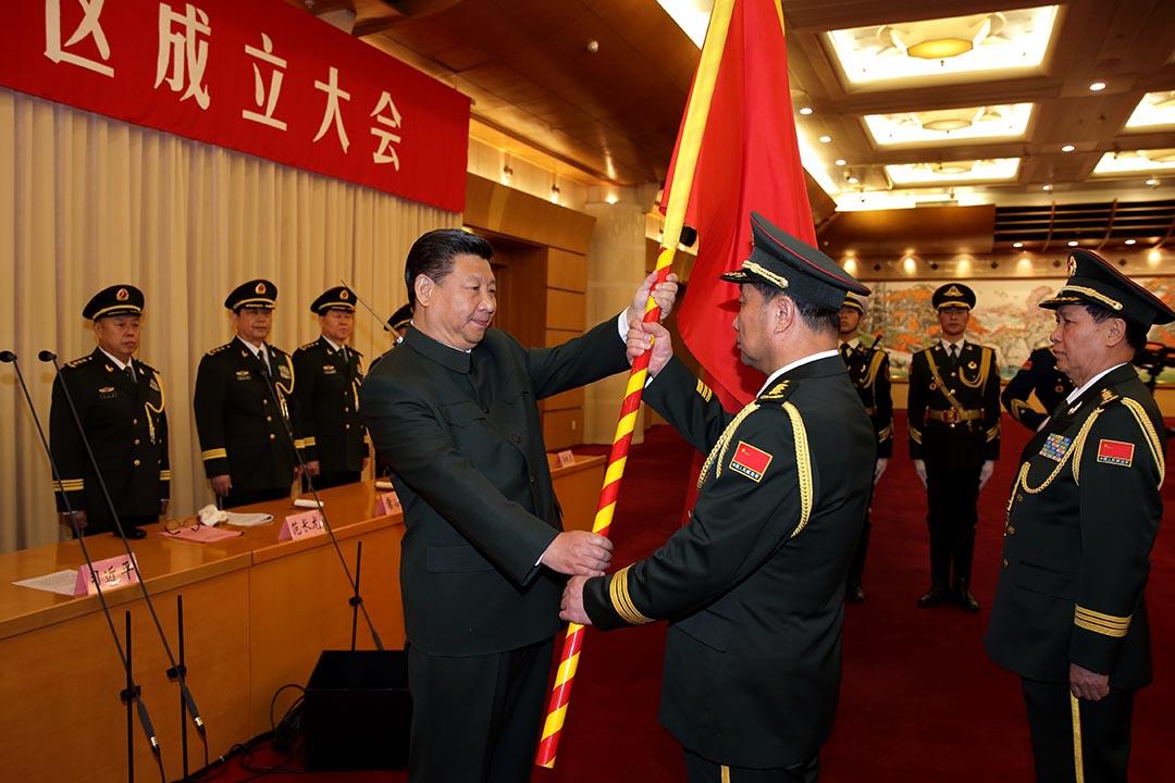 習近平向各戰區的司令員和政委授旗。攝 : Li Gang/Xinhua via AP