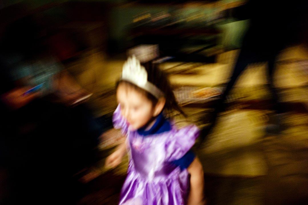 Kaylee在家裡各個房間之間跑來跑去。攝 : Hai Zhang/端傳媒