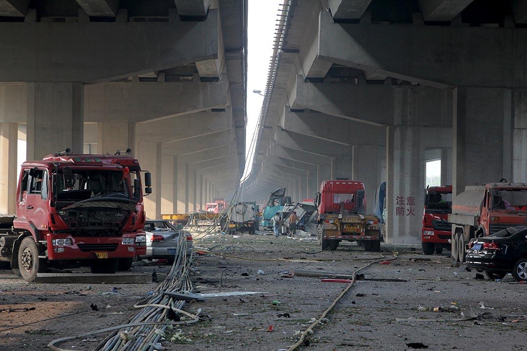一條行車天橋下,大量汽車被爆炸波及。攝 : REUTERS