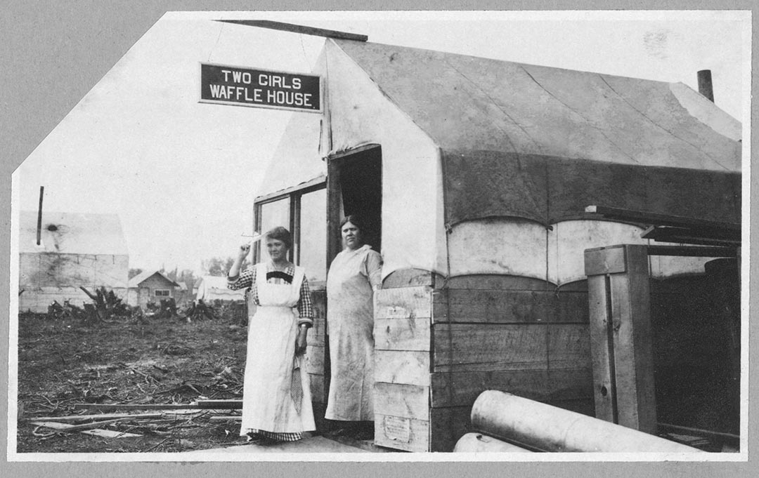 1900至1916年間,兩名女店員站在一間窩夫店門外。攝:Carpenter Collection/Library of Congress/Handout via Reuters