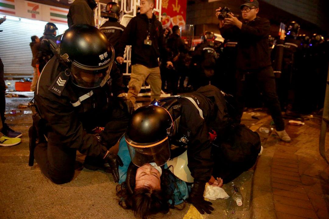 2016年2月9日凌晨二時,旺角,警員制服一名手持擴音器的示威者。攝:Billy H.C. Kwok/端傳媒