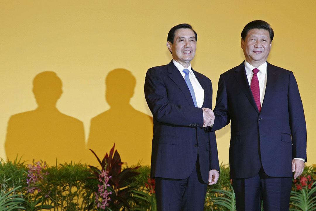 2015年11月7日,新加坡,習近平與馬英九會面,會前二人互相握手。攝:Edgar Su/REUTERS