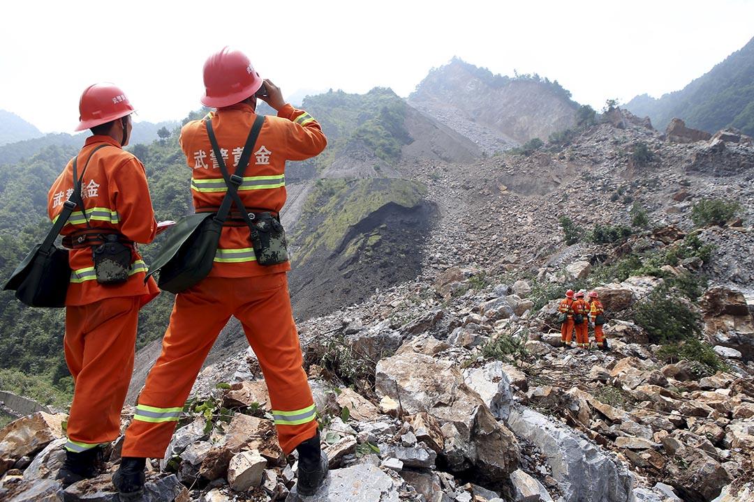 8月12日,中國陝西省商洛市山陽縣一座礦區內發生特大山體滑坡。圖為救援隊伍在事故現場搜索生還者。 攝 : REUTERS