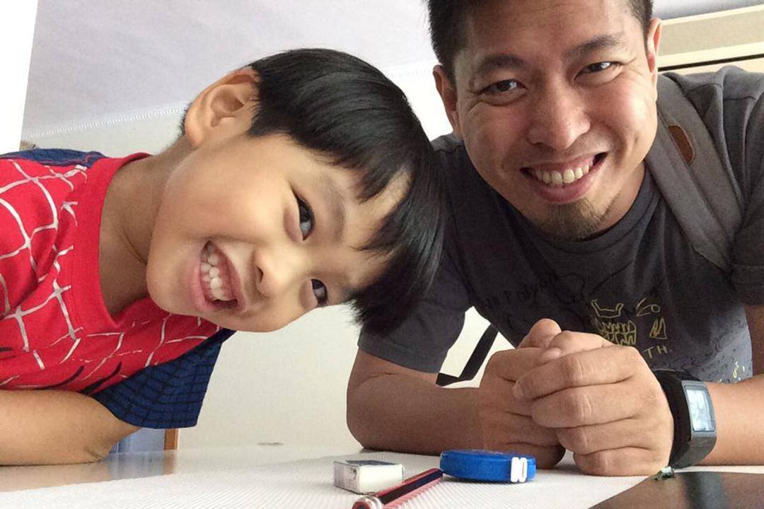 黃照達與兒子(相片由黃照達提供)