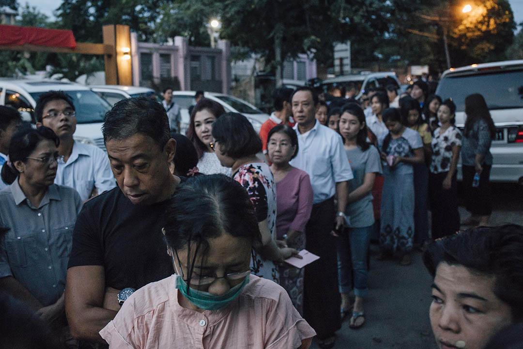 2015年11月8日,緬甸仰光,早上七時已有大批選民到BAHAN三號中學票站外排隊等候投票。攝:Anthony Kwan/端傳媒