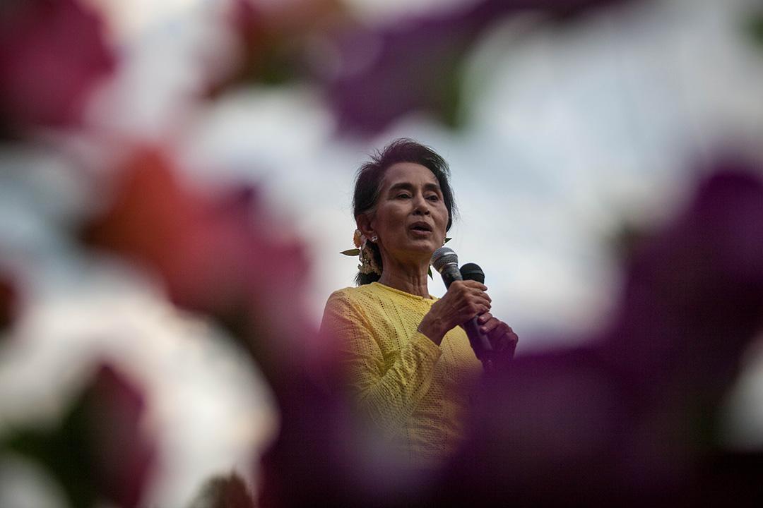 2015年10月24日,緬甸仰光,全國民主聯盟主席昂山素姬在其選區拉票,並對支持者發表講話。攝:Lauren DeCicca/GETTY
